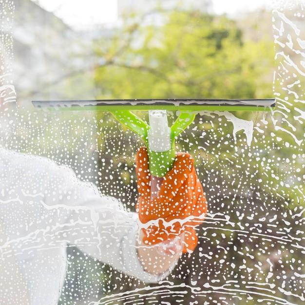 cleaner-washing-window